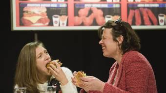 Francesca Tappa (links) und Miriam Japp diskutieren im Fastfood-Lokal über ihren Aufstieg. Foto: Werner Rolli