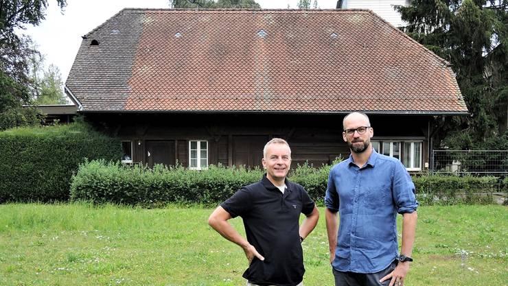 Anders Nordin (l.) und Georg Gindely vom Römer-Quartierverein setzen sich für das Gärtnerhaus beim Kurtheater ein.