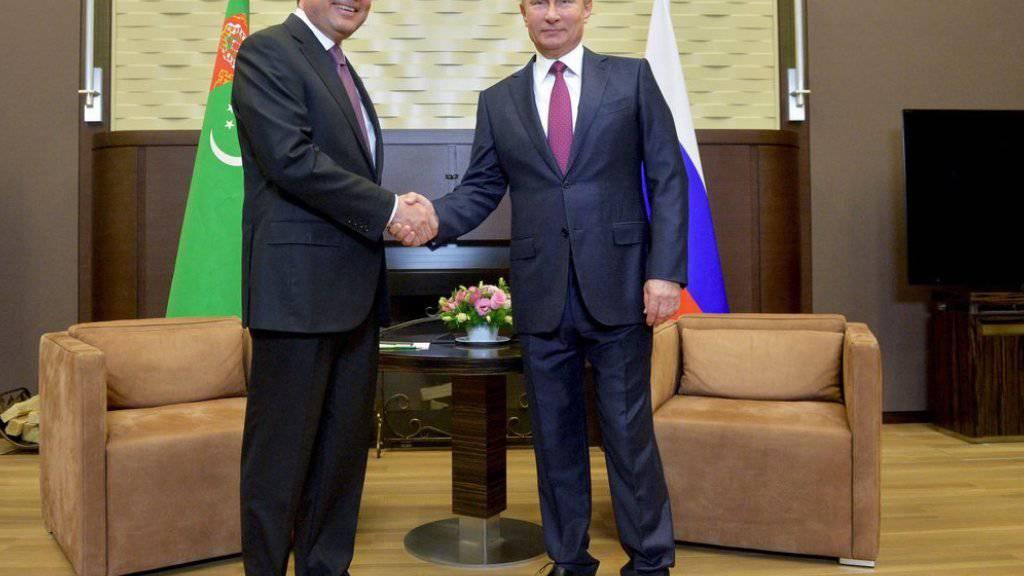 Wladimir Putin (r.) und Gurbanguly Berdimuhamedow am Dienstag in Sotschi beim obligaten Händedruck für die Medien.