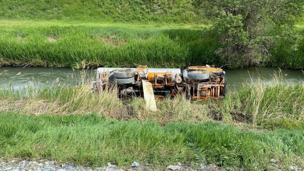 Der Lastwagen kippte um und landete im Kanal. Menschen kamen bei dem Unfall nicht zu Schaden.