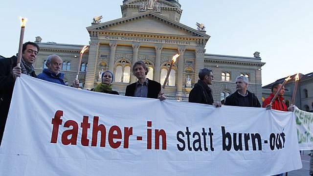 Väter demonstrieren auf dem Bundesplatz für eine faire Sorgerechtsregelung