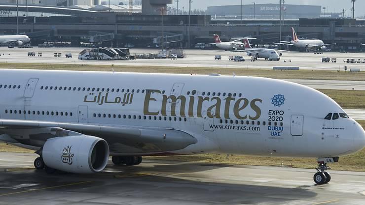 Ein Flugzeug der Emirates am Flughafen Zürich. (Archiv)