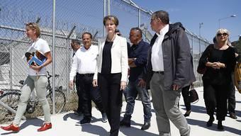 Bundesrätin Simonetta Sommaruga (Mitte) mit dem griechischen Migrationsminister Ioannis Mouzalas (rechts von ihr) vor dem Aufnahmezentrum für Asylsuchende, Moria, auf Lesbos.