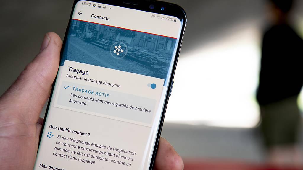 Die Swiss-Covid-App kann seit Mitternacht auf das Smartphone heruntergeladen werden. Der Bund sieht die Anwendung als Hilfsmittel zur Rückverfolgung von Corona-Fällen. (Archivbild)