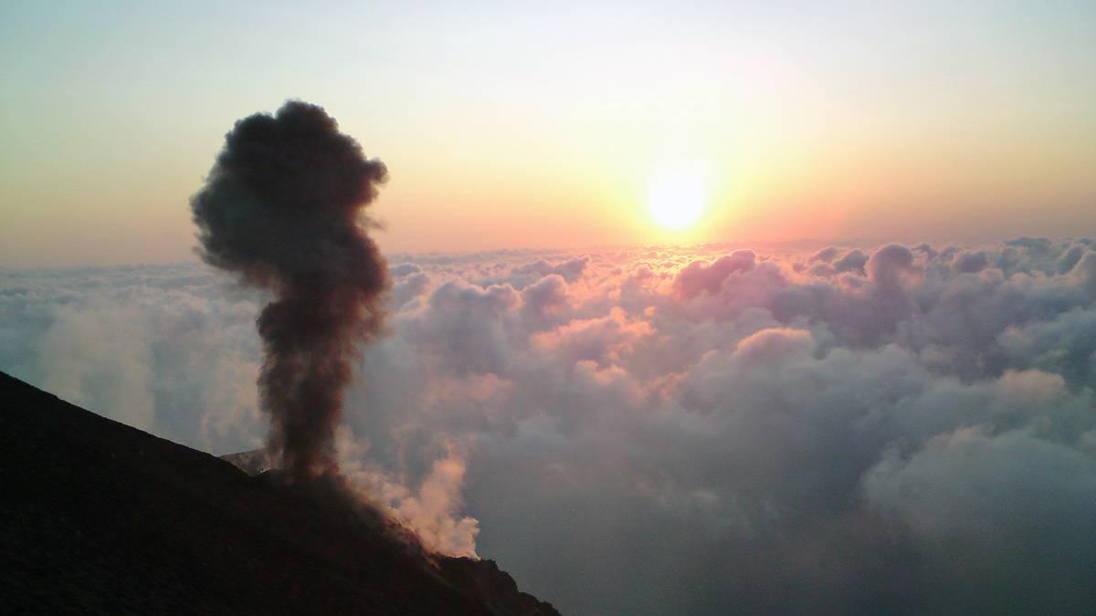 Kleiner Ausbruch auf dem Stromboli vor Sizilien, Italien (© Corrado Filipponi)