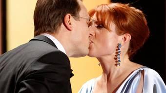 Die von der Krankheit schwer gezeichnete Monica Lierhaus küsst Rolf Hellgardt, nachdem sie ihm einen Heiratsantrag vor laufender Kamera gemacht hat. (Bild: Keystone)