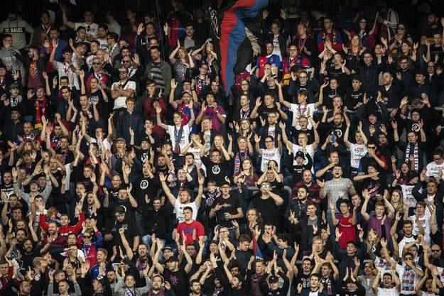Vier Tore, ein gelungener Abend: Die FCB-Fans sorgen im Joggeli für die gute Stimmung.