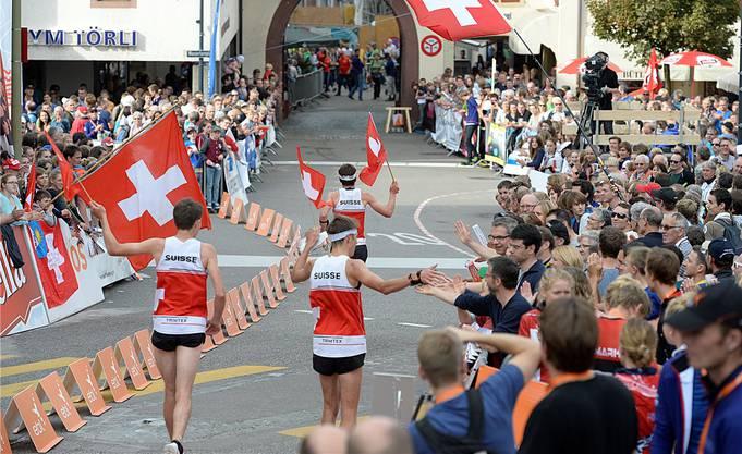 Die Schweizer Orientierungsläufer, angeführt von Gesamtweltcupsieger Daniel Hubmann, lassen sich vom Liestaler Publikum feiern.Georgios Kefalas/Keystone