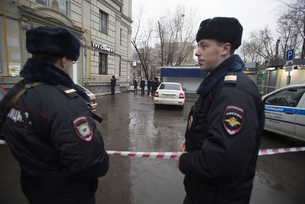 Die russische Polizei sichert einen Platz, wo ein verdächtiges Auto gesichtet wurde im Zusammenhang mit dem Mord an Nemzow.