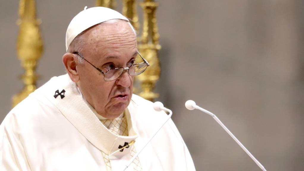 ARCHIV - Papst Franziskus spricht während einer Zeremonie zur Weihe von neun neuen Priestern. (Archivbild) Foto: Andrew Medichini/AP/dpa