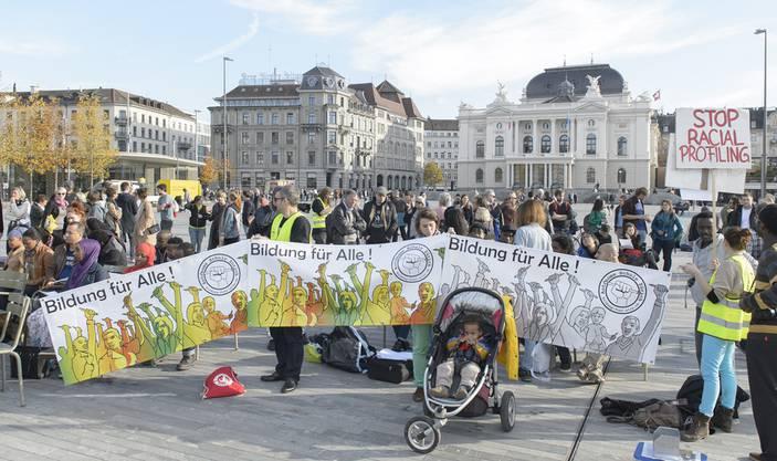 Menschen nehmen an einem kostenlosen Deutschkurs teil, um gegen die Schliessung der Autonomen Schule Zuerich zu protestieren, auf dem Sechselaeutenplatz in Zuerich am Freitag, 6
