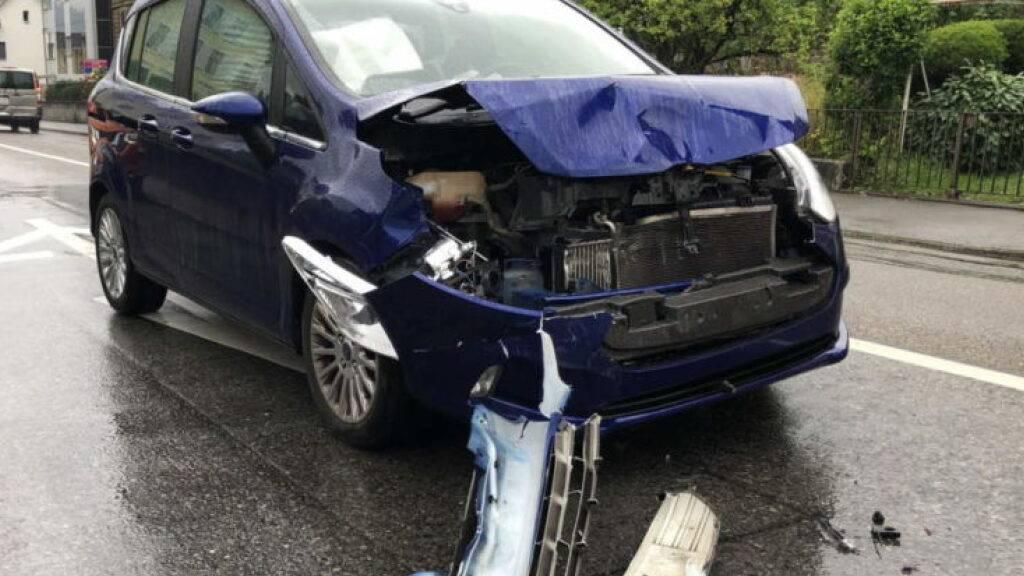 Beim Lichtsignal Bahnhofstrasse in Rebstein SG prallte am Samstagnachmittag eine 51-jährige Autofahrerin mit ihrem Fahrzeug frontal gegen das Heck eines stehenden Autos. Eine 26-jährige Frau wurde dabei leicht verletzt.