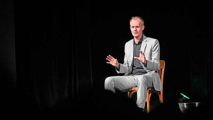 Max Uthoff in Olten auf der Bühne.