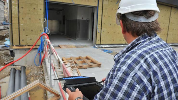 Der Arbeitskontrolleur stellt auf den Baustellen viele Verstösse gegen GAV-Bestimmungen fest.  Archiv/OM