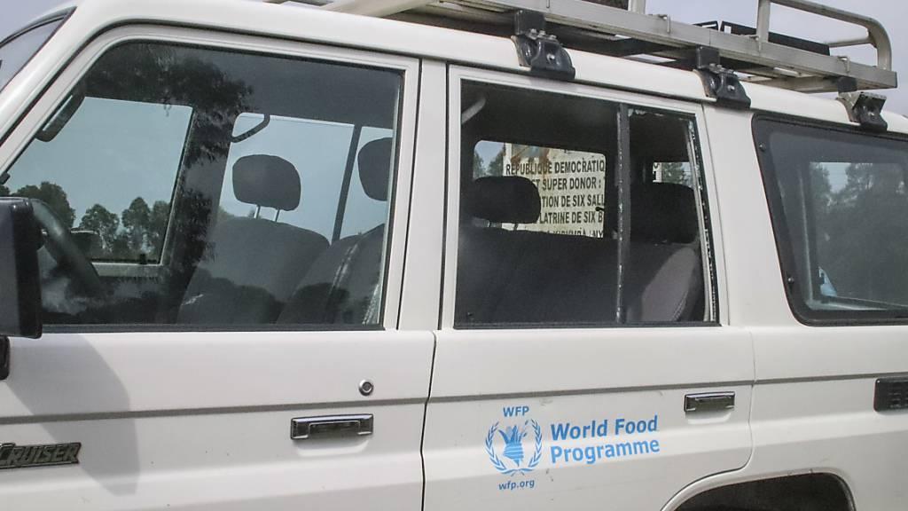 SCREENSHOT - Das Fahrzeug, in dem der italienische Botschafter Luca Attanasio getötet wurde, hat eine eingeschlagene Scheibe. Ein Konvoi des Welternährungsprogramms (WFP) wurde überfallen. Der 43-Jährige erlag kurz danach seinen schweren Verletzungen in einem Krankenhaus. Foto: Justin Kabumba/AP/dpa