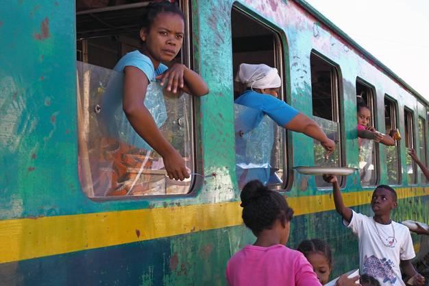 Passagiere verpflegen sich an einem Bahnstopp