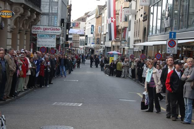In der Freien Strasse warten bereits begeisterte Zuschauer und Fans