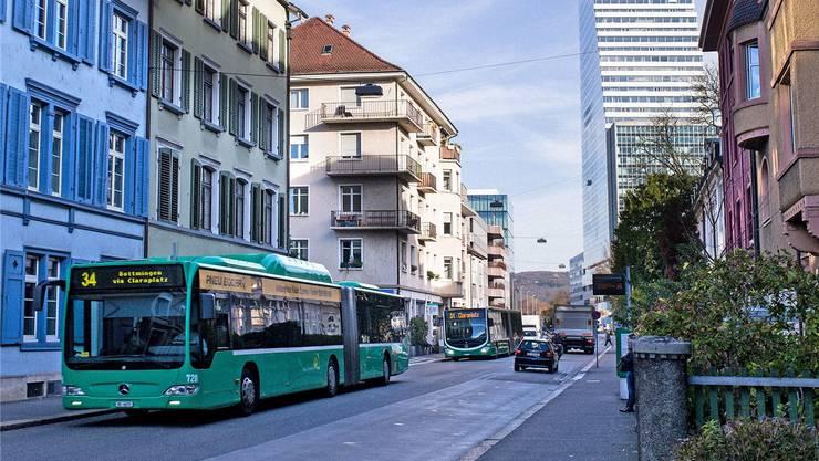 Die Anwohner kritisieren, dass täglich bis zu 650 Busse durch die Grenzacherstrasse fahren würden.