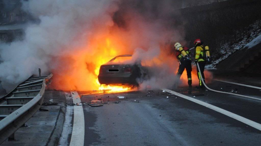 Die Lenkerin konnte sich ohne fremde Hilfe aus ihrem brennenden Auto retten.