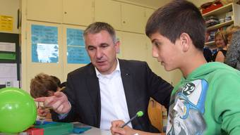 Regierungsrat Alex Hürzeler, drückt hier seit langem wieder einmal die Schulbank.