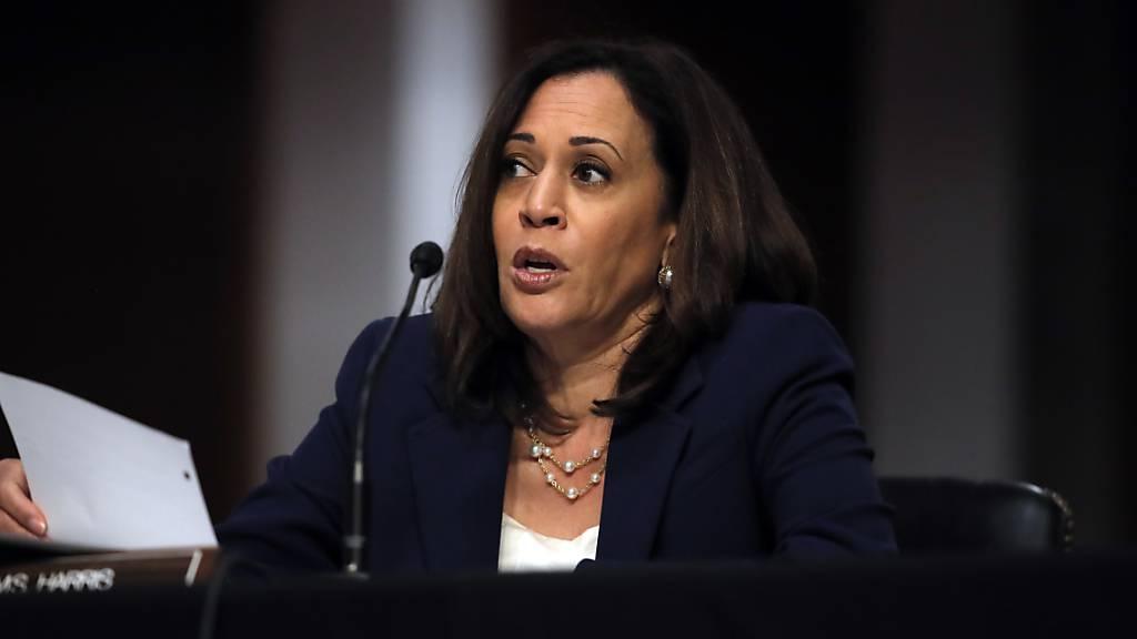 Die Kandidatin der Demokraten für das US-Vizepräsidentenamt, Kamala Harris, hat wegen Corona-Fällen sämtliche Wahlkampfveranstaltungen vorläufig ausgesetzt. (Archivbild)
