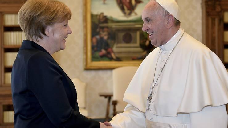 Papst Franziskus, der heute in Rom mit dem Aachener Karlspreis ausgezeichnet worden ist, hat die deutsche Kanzlerin Angela Merkel zu einer privaten Audienz empfangen.