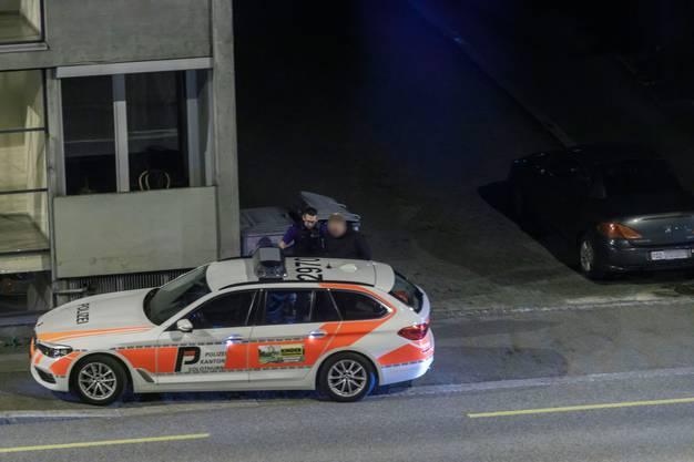 Einer wird im Polizeiauto...
