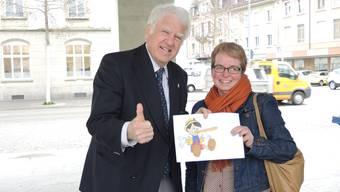 Otto H. Suhner und az-Brugg-Ressortleiterin Claudia Meier beim Auflösen des Aprilscherzes in der Eisi-Halle.