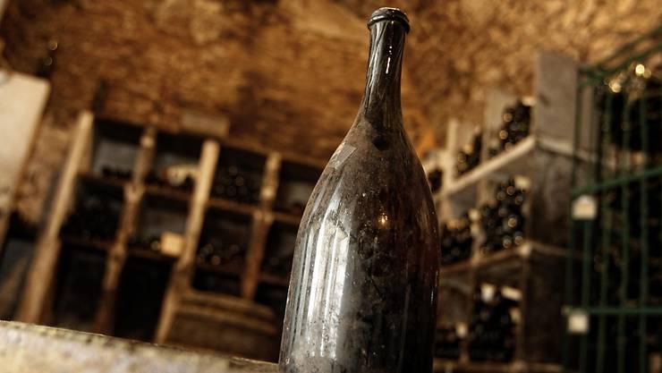"""Eine solche Flasche """"Vin Jaune"""" (gelber Wein) ist für fast 104'000 Euro versteigert worden. (Archiv)"""