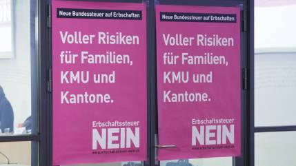 Plakate der Erbschaftssteuer-Gegner an deren Medienkonferenz. (Symbol)