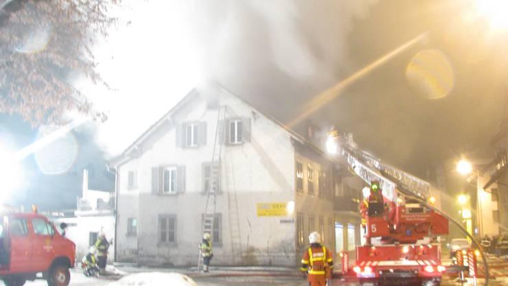 Die Feuerwehr im Einsatz in Aarburg.