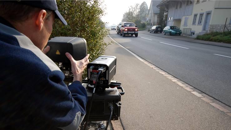Nächtlicher Motorenlärm und Rennen: Deshalb führte die Polizei am Mittwoch mehrere Geschwindigkeitskontrollen an verschiedenen Orten im Kanton durch. (Symbolbild)