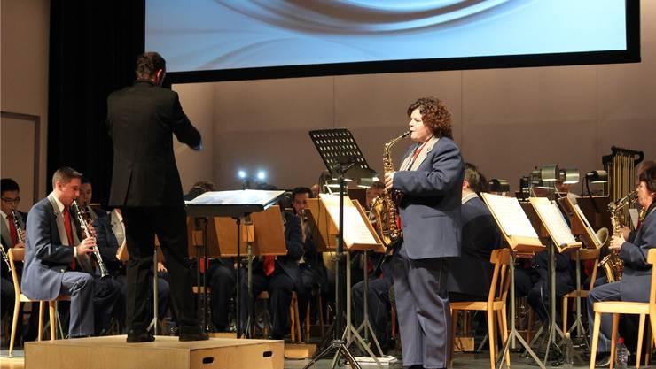 Altsaxofonistin Priska Humair erschloss mit ihrem Soloeinsatz feinfühlig verschiedene Klangwelten – begleitet durch die Stadtmusik Grenchen.