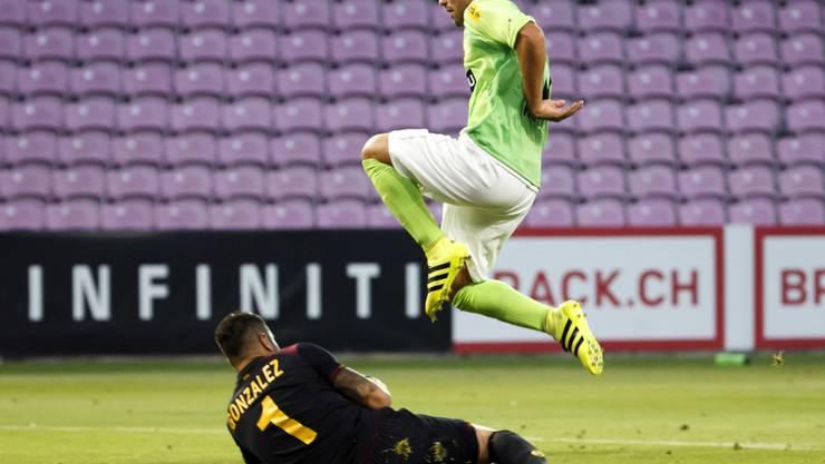 Gianluca Frontino im Einsatz für Schaffhausen gegen Servette mit Goalie David Gonzalez