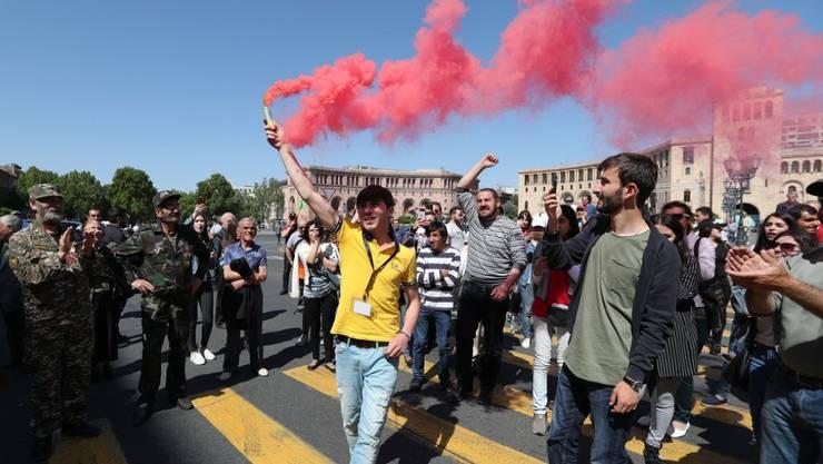 Anhänger des armenischen Oppositionsführers Nikol Paschinjan demonstrieren auf einer Strasse in Eriwan. Paschinjan, dessen Wahl zum Ministerpräsidenten am Dienstag gescheitert war, rief zu massenhaftem zivilem Ungehorsam auf.