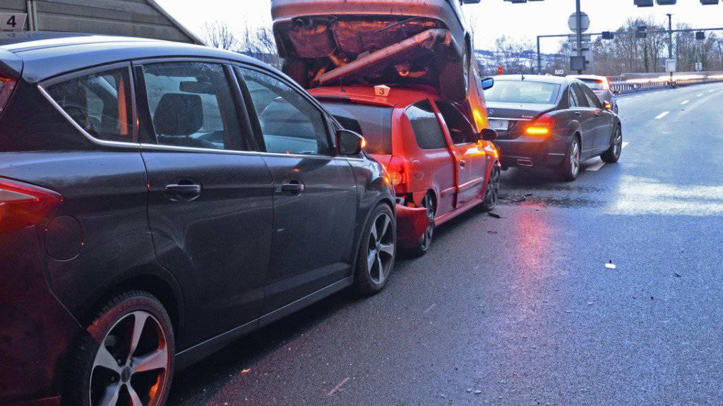 Verunfallte Fahrzeuge im Tunnel Eich nach der Auffahrkollision vom Freitag. (HANDOUT KANSTONSPOLIZEI LUZERN)