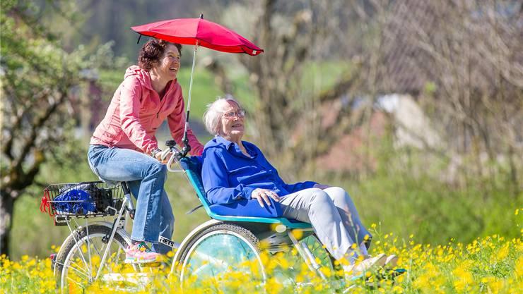 Esther Süss tritt in die Pedale des Rollstuhl-Velos und macht mit einer Bewohnerin des Seniorenzentrums Wasserflue eine kleine Rundfahrt.
