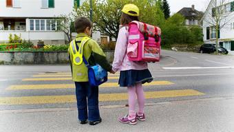 Kindergärteler und Schüler können morgens nicht gemeinsam zum Schulgebäude gehen, weil die Blockzeiten in Olten zu unterschiedlichen Zeiten starten. Symbolbild Archiv