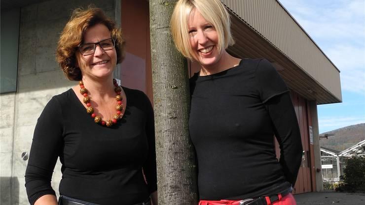 Sybille Bader, Präsidentin der AKF-Kommission Sanitas (links) und Redaktorin Carmen Frei freuen sich über das gelungene Werk. Fränzi Zulauf