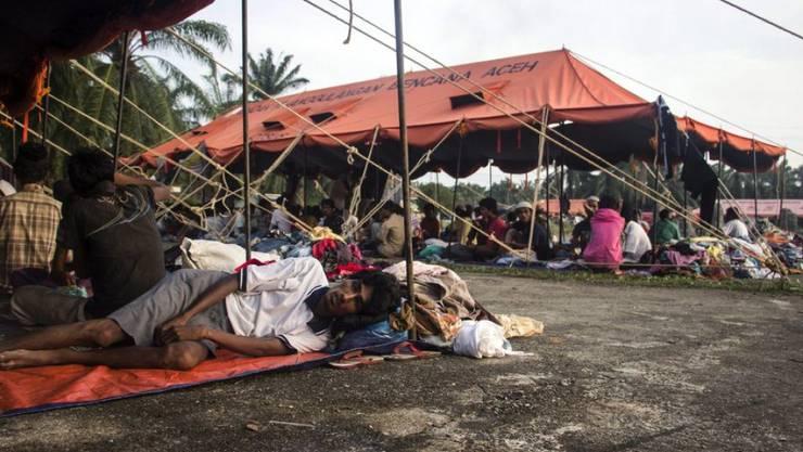 Aus dem Meer gerettete Rohingya-Flüchtlinge am Donnerstag im indonesischen Dorf Bayeun - Marineschiffe aus Malaysia und Indonesien suchen seit Donnerstag aktiv nach den überfüllten Flüchtlingsbooten