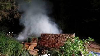 Es ist nicht geklärt, wie die Holzbeige angefangen hat zu brennen.