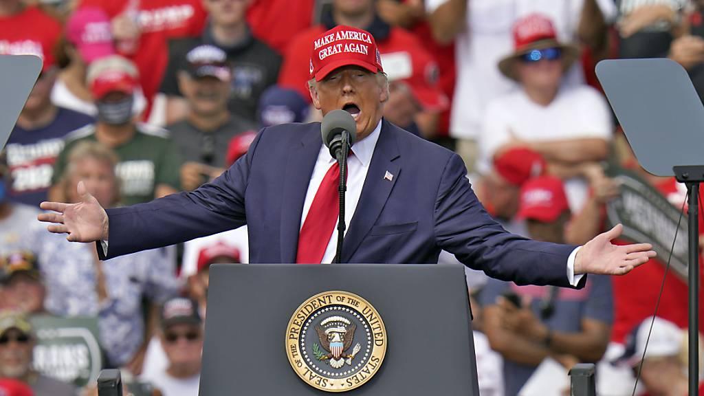 US-Präsident Donald Trump spricht bei einer Wahlkampfkundgebung in Tampa, Florida. Foto: Chris O'meara/AP/dpa