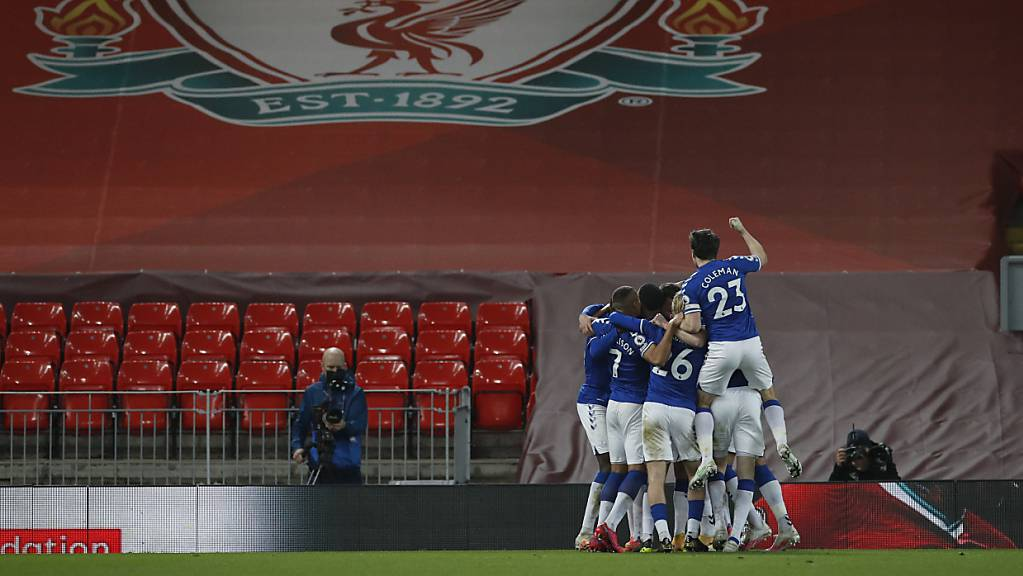 Die Spieler von Everton feiern vor dem Logo von Liverpool: Erstmals seit 1999 siegt Everton im Stadtderby wieder in der Heimstätte des Gegners.