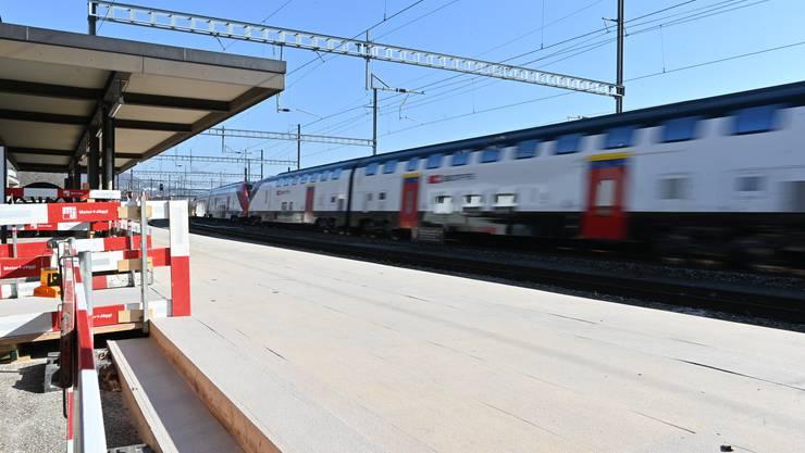 Ausbau Mittelperron Bahnhof SBB Oensingen ICE Schnellzug Das Perron im Bereich der Bahnhofgebäulichkeiten wurde mit Schaltafeln angehoben und die Schaltafeln zur besseren Haftung mit Quarzsand versehen.