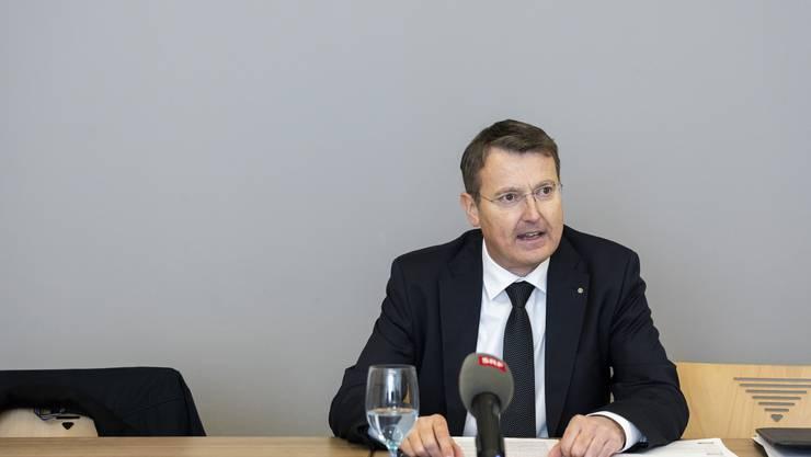 An einer Medienkonferenz informiert Parteipräsident Thomas Burgherr über die Causa Roth.