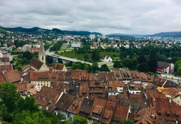 Blick von der Ruine Stein in Richtung Limmattal. Vorne die Badener Altstadt, dahinter die Hochbrücke.