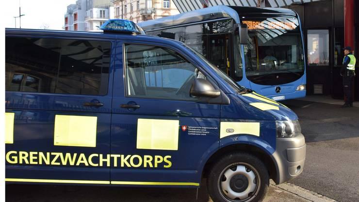 Schweizer Grenzwächter haben in einem Linienbus in Basel ein halbes Kilogramm Kokain entdeckt.