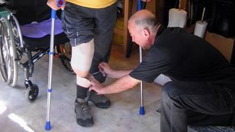 Ein Orthopädist bei der Anpassung einer Unterschenkel-Prothese. (Symbolbild: Monika Barth)