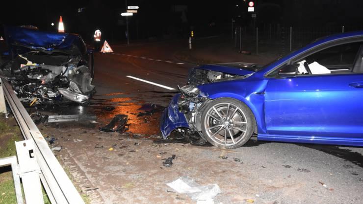Bei der heftigen Frontalkollision wurden beide Fahrzeuglenkenden verletzt.