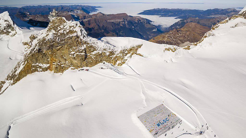Der Rückzug der Gletscher ist in der Schweiz eine sichtbare Folge der Klimaerwärmung. Im vergangenen November wurde auf dem Aletschgletscher mit einer überdimensionalen Postkarte auf das Problem der Klimaerwärmung aufmerksam gemacht. (Archivbild)